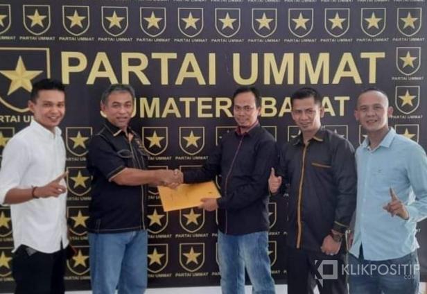 Ketua DPW Partai Ummat Sumbar, Taslim Chaniago saat menyerahkan SK Kepengurusan DPD Partai Ummat Pasbar ke Ketua Lili Syukri