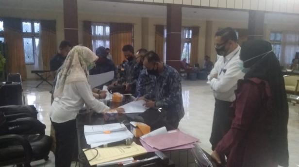 Komisioner KPU Solsel menandatangani Berita Acara Rekapitulasi disaksikan Balon Bupati Solsel Jon Matias
