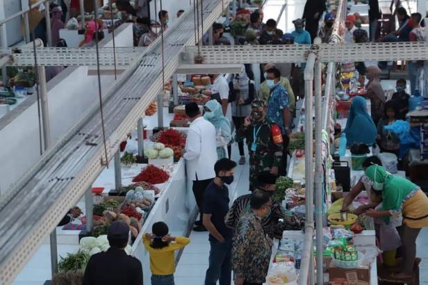 Wako Solok Zul Elfian memantau aktivitas jual beli di pasar syariah Abdurrahman Bin Auf