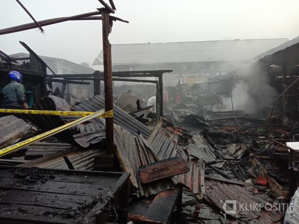 Suasana di kawasan Pasar Bawah Bukittinggi yang terbakar