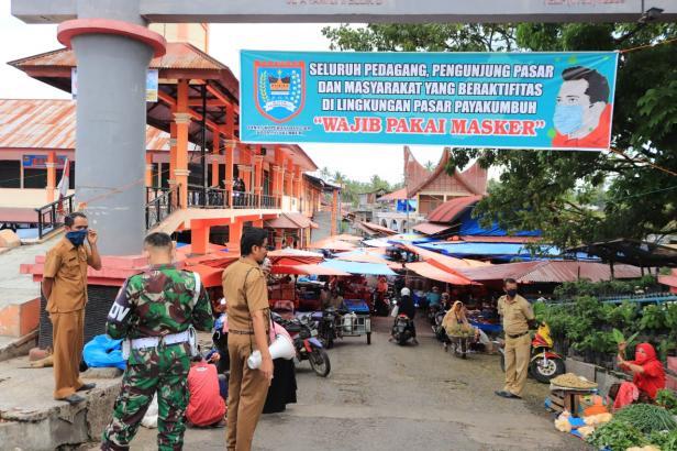 Petugas melakukan penjagaan di salah satu pintu masuk Pasar Ibuh Payakumbuh.