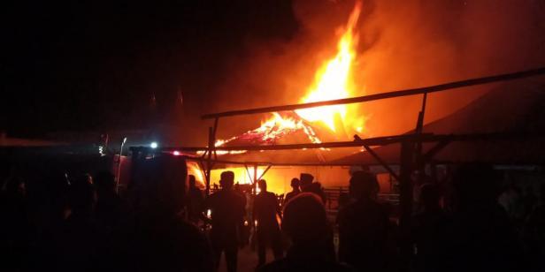 Membara, api menghanguskan sejumlah petak kios di Pasar Sumani