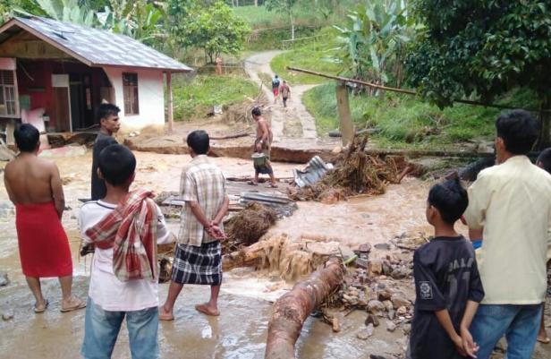 Kondisi pasca bencana banjir bandang di Nagari Muaro Sungai Lolo, Kecamatan Mapattunggul Selatan, Kabupaten Pasaman.