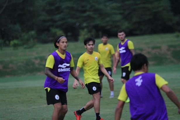 Dua pemain anyar PSS Sleman saat jalani latihan di Lapangan YIS