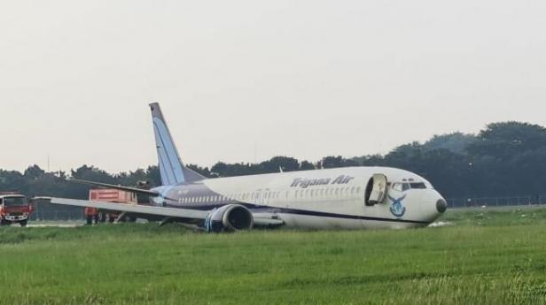 pesawat kargo Trigana Air Boeing 737-500 tergelincir di Bandara Halim
