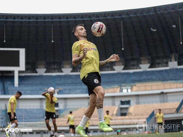 Pemain PS Sleman saat menjalani latihan di Stadion Si Jalak Harupat Bandung