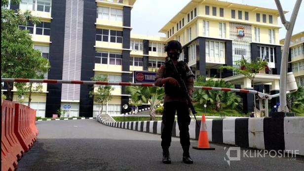 Seorang personel bersenjata lengkap menjaga gerbang Mapolda Sumbar