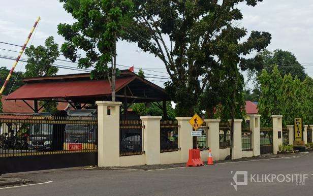 Suasana di Mako Polres Pasaman Barat terlihat gerbang masuk ditutup dan dijaga ketat petugas
