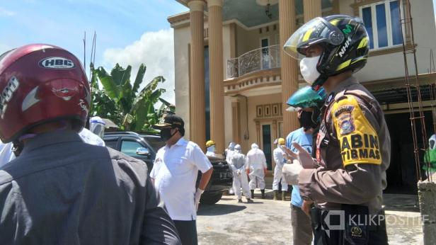 Wakil Bupati Lima Puluh Kota Ferizal Ridwan saat mengunjungi pasien terkonfirmasi positif di Lima Puluh Kota.