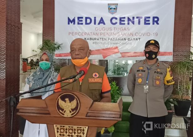 Kepala Pelaksana BPBD Pasaman Barat, Edi Busti saat jumpa pers dengan sejumlah awak media di Kantor Bupati setempat