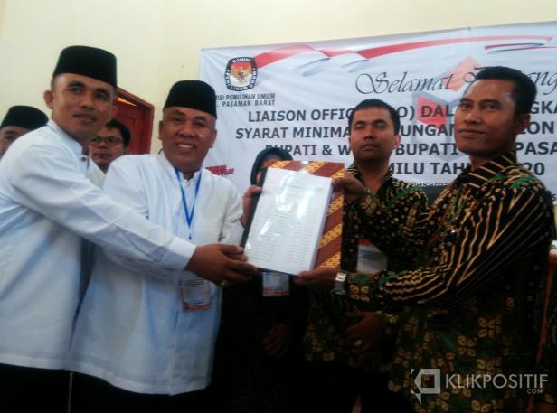 Paslon Perseorangan balon Bupati Agus Susanto dan wakil bupati Rommy Chandra saat menyerahkan syarat dukungan