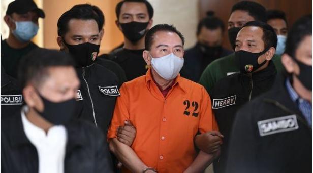 Terpidana kasus korupsi pengalihan hak tagih (cessie) Bank Bali Djoko Tjandra (tengah)