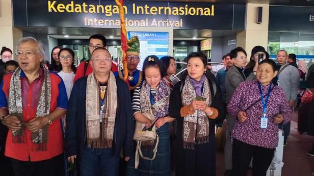 Wisatawan dari China sampai di Padang
