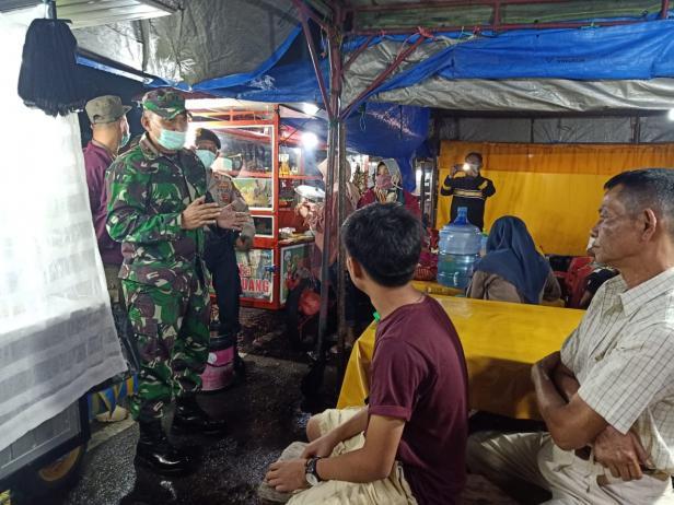 Tim gabungan memberikan edukasi ke pedagang pasar dan warga Batusangkar