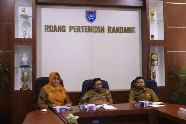 Asisten 1 Setdako Payakumbuh Yoherman (tengah) saat mengikuti video conference dengan BPK RI Perwakilan Sumbar, Senin (10/8).