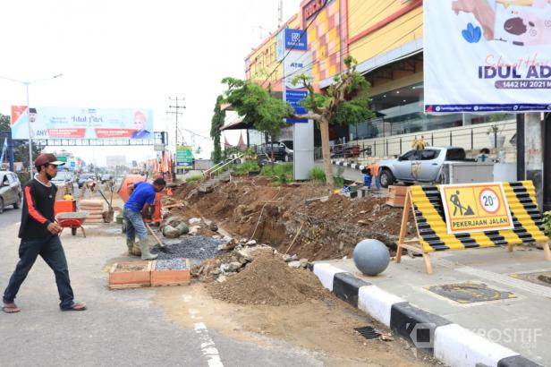 Pekerja tengah melakukan pembangunan pedestrian di Jalan Sudirman, Kota Payakumbuh