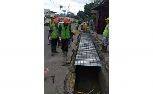 Sejumlah pekerja sedang melakukan kegiatan pedestrian di Aur Tajungkang, Kota Bukittinggi. Saat ini progres Pengerjaan sudah berbobot 60 persen