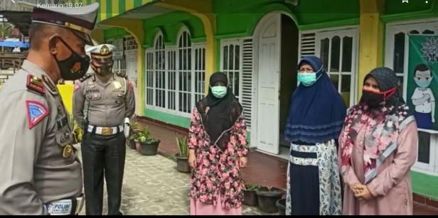 Kasat Lantas M. Nasir menyerahkan Sembako kepada pengelola panti asuhan