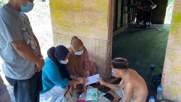 Tim DPD Gerindra Sumbar menyerahkan bantuan dari Andre Rosiade untuk tukang tua Juli di Anak Aia Dalam, Batipuh Panjang, Kototangah, Padang.