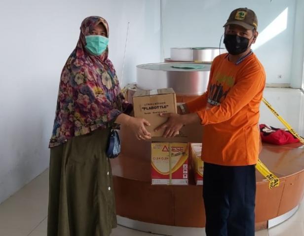 Bantuan untuk korban gempa Mamuju (Sulawesi) dari Yayasan Semen Padang, diterima oleh ketua tim kedokteran Unand Padang, dr. Hermansyah Sp. OT