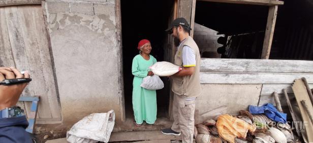 Ketua Yayasan Muslim Bersaudara Sehati sekaligus Koordinator Lapangan Nasril saat bagikan paket sembako ke masyarakat di Payakumbuh