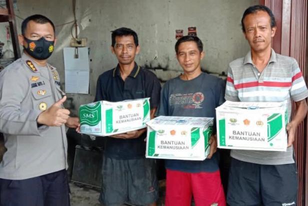 Kabid Humas Polda Sumbar Kombes Pol Satake Bayu Saat Menyerahkan Bantuan Covid-19