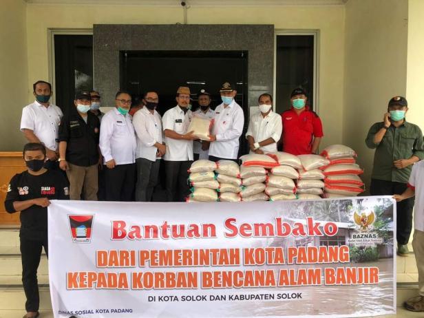 Wako Padang, Mahyeldi menyerahkan bantuan sembako untuk korban banjir kota Solok
