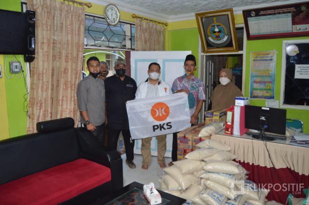 Peduli Warga Terdampak COVID-19, PKS Limapuluh Kota Serahkan Bantuan ke Durian Gadang