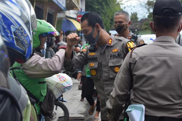Kapolres Sugeng Hariyadi menyerahkan Sembako kepada warga terdampak COVID-19 di Padang Panjang