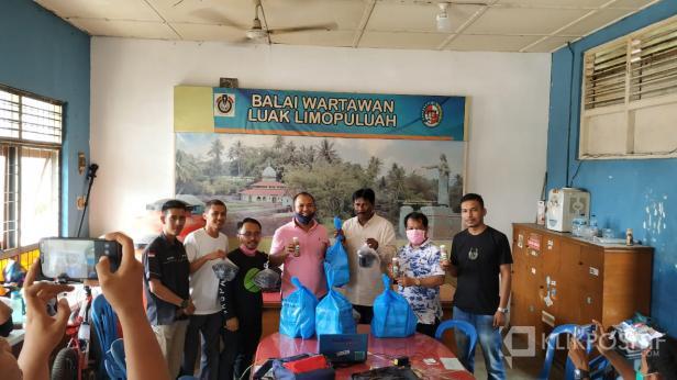 Kopmil Ijo Family serahkan 25 paket suplemen ke Balai Wartawan Luak Limopuluah