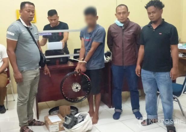 Terduga pelaku dan beberapa barang bukti saat diamankan di Mako Polres Pasaman Barat