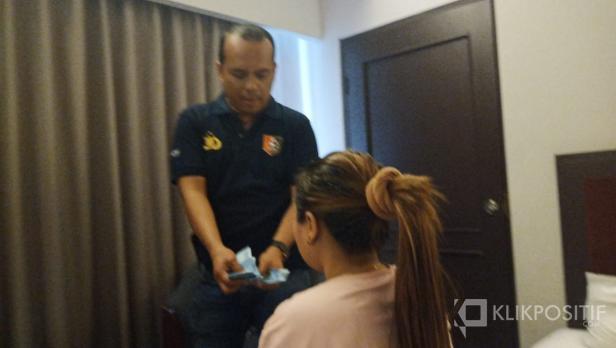 Polisi menunjukkan barang bukti kepada pelaku yang digerebek