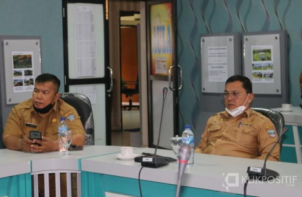 Sekretaris Kabupaten Pasaman Barat, Yudesri (kanan) didampingi Kadis Kominfo Edi Murdani saat video konferensi dengan Dirjen OTDA Kemendagri di Aula Kantor Bupati Pasaman Barat