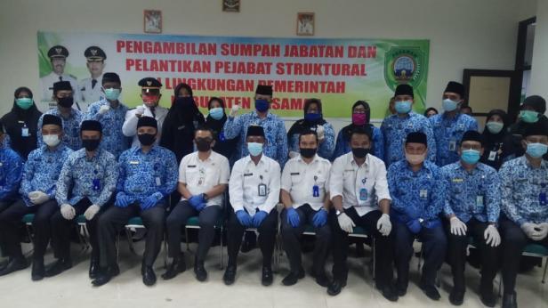 Puluhan Pejabat eselon III poto bersama usai pelantikan diruang Badan Kepegawaian dan Pengembangan Sumber Daya Manusia (BKPSDM).
