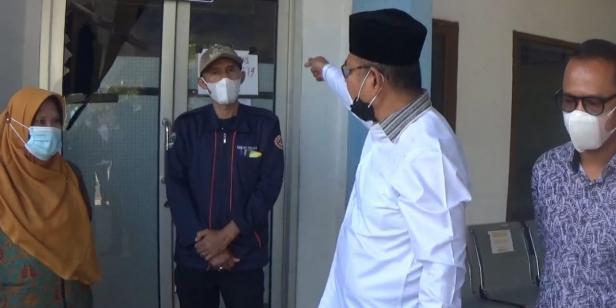 Bupati Solok, H. Epyardi Asda saat meninjau kondisi pelayanan di Puskesmas Tanjuang Bingkuang, Kabupaten Solok