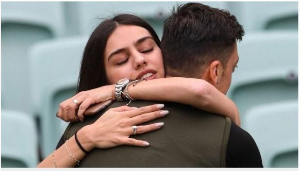 Mezut Ozil bersama kekasihnya, Amine Gulse.