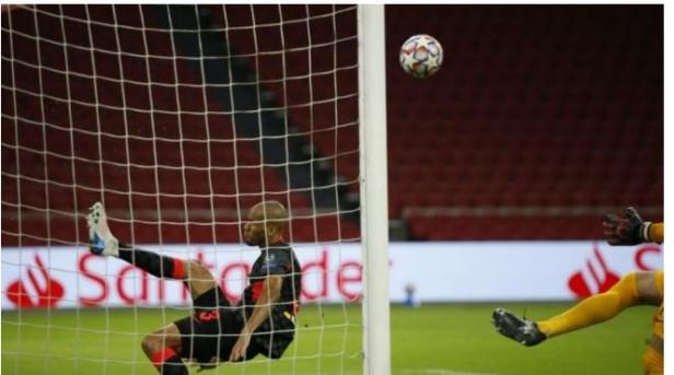 Aksi Fabinho saat menyelamatkan gawang Liverpool dari kebobolan