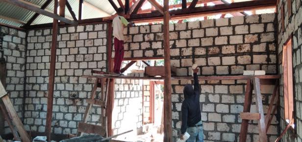 Pemasangan Kusen dan Batu Tela Rumah Pastori TMMD 111