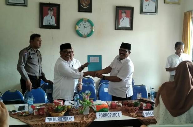 Wali Nagari Tigo Jangko Indra Gunalan menyerahkan rencana pembangunan nagari kepada Pemkab Tanah Datar