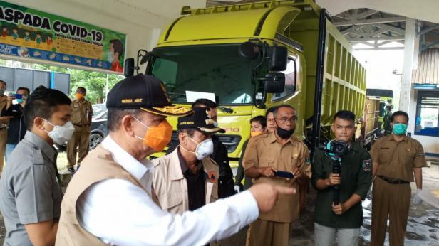 Wagub Sumbar Nasrul Abit saat mengunjungi posko pemeriksaan di perbatasan