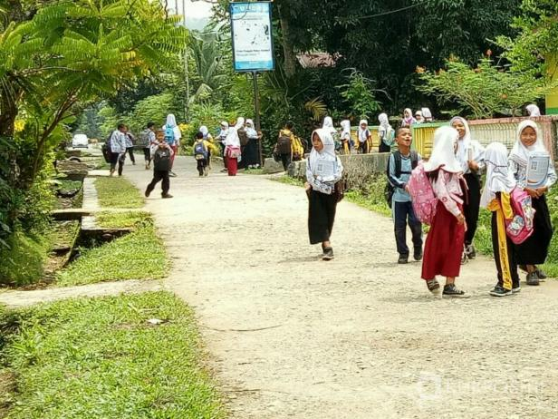 Siswa di Pessel bersemangat pergi ke sekolah