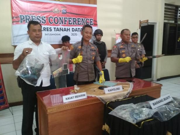 Kapolres melihatkan barang bukti dan terduga pelaku pembunuhan di Padang Ganting