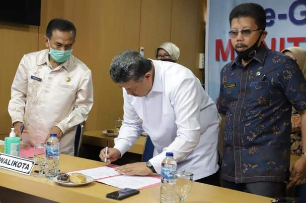 Wako Solok, Zul Elfian menandatangani serah terima LHP LKPD 2019 di Balaikota Solok