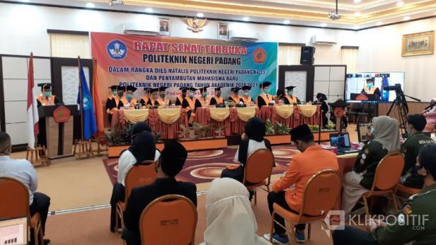 Direktur PNP Surfa Yondri saat memberikan kata sambutan pada Rapat Senat Terbuka yang digelar dalam rangka Dies Natalis PNP ke-33, sekaligus penyambutan mahasiswa baru PNP Tahun Akademik 2020/2021