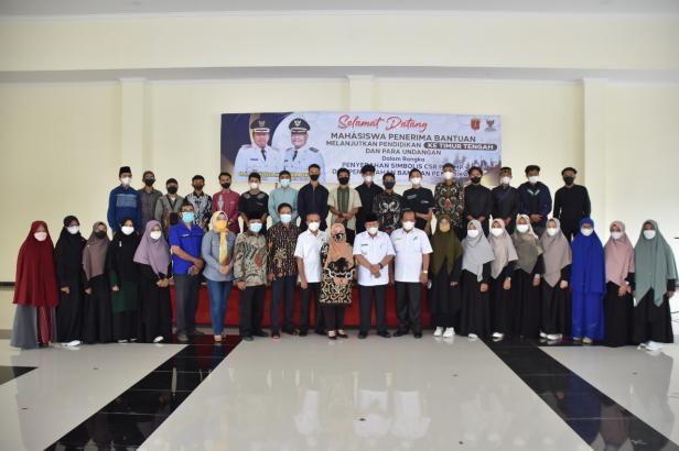 Bupati Agam usai menyerahkan bantuan kepada mahasiswa lanjutkan pendidikan di Timur Tengah