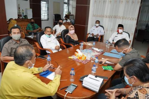 Asisten Pemerintahan dan Kesra Fidel Efendi saat menerima kunjungan kerja Ketua Pengadilan Negeri Koto Baru Solok Bayu Agung Kurniawan di Kantor Bupati
