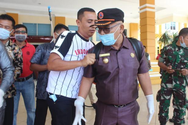 Bupati Pasbar Yulianto memimpin penyemprotan disinfektan di Kantor Bupati.