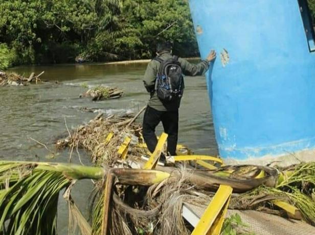 Kondisi bangkai bangunan jembatan Kampung Dusun Salak akibat banjir setahun lalu