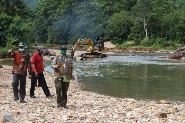Bupati Pessel Hendrajoni dan rombongan saat meninjau pengerjaan irigasi di Batang Kapas.
