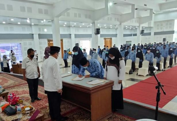 Penyerahan SK kepada P3K dan Pejabat Fungsional dilingkup Pemkab Tanah Datar